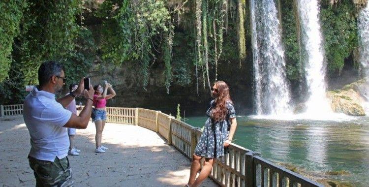 Doğa harikası Düden Şelalesi'ne ziyaretçi akını