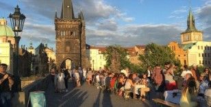 Çekler, Prag sokaklarında 'koronavirüse veda' partisi yaptı