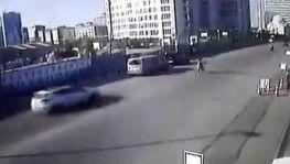 Otomobilin çarptığı yayanın metrelerce havaya uçması kamerada