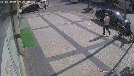Motosiklet sürücüsü park halindeki otomobil altına girdi