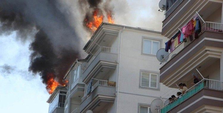 Çatıyı onarırken çıkan yangın, paniğe neden oldu