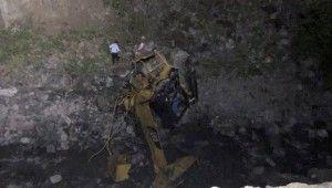 Yol çalışması yapan ekibin üzerine heyelan düştü