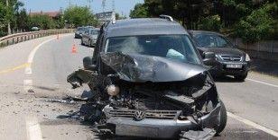 Kocaeli'de hafif ticari araçla otomobil kafa kafaya çarpıştı: 2'si çocuk 5 yaralı
