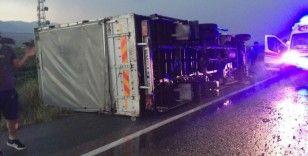 Fırtına kamyon devirdi: 3 yaralı
