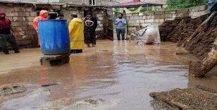 Van'da sel felaketi: 2 yaralı