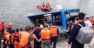 Çin'de gölete düşen öğrenci otobüsünde bulunan 21 kişi hayatını kaybetti