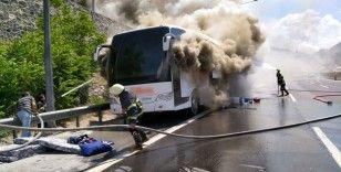 Seyir halindeki otobüs yandı