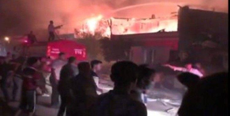 Barakada çıkan yangın iki ev ve bir iş yerini kullanılmaz hale getirdi