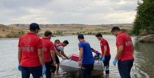 Baraj kapaklarının açılmasıyla yükselen suda mahsur kalan vatandaşlar kurtarıldı