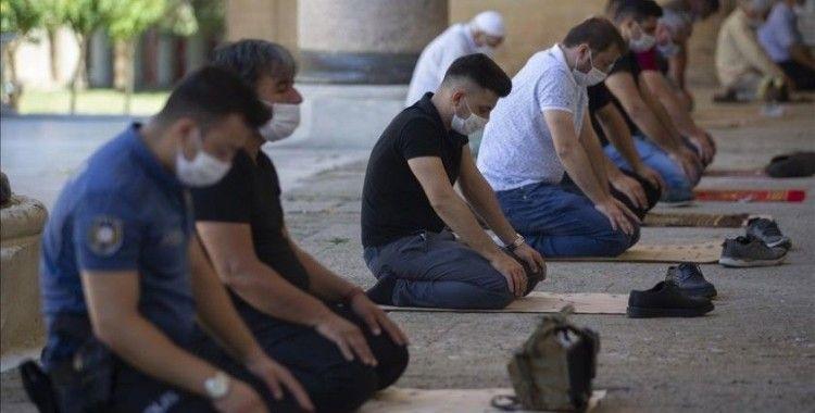 Selimiye Camisi'nde sosyal mesafeye uyularak cuma namazı kılındı