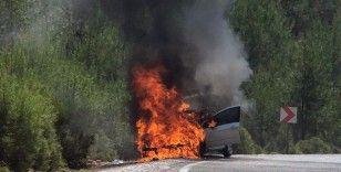 Ormanlık alanda araç alev alev yandı