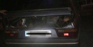 Aracın bagajında av köpekleriyle yakalandılar