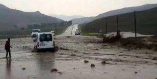 Van-Özalp kara yolu selden dolayı ulaşıma kapandı