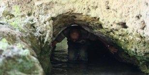 Şifa bulmak için içi su dolu tünelden geçiyorlar
