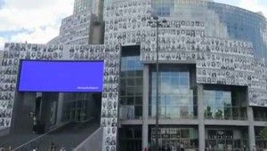 Bastille Opera Binası salgınla mücadele eden sağlıkçıların portresiyle kaplandı