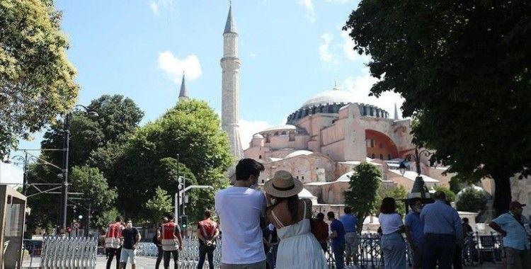 Ayasofya Camisi'ne yerli ve yabancı turistlerden yoğun ilgi