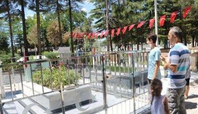 Ömer Halisdemir'in mezarı ziyaretçilerini ağırlıyor