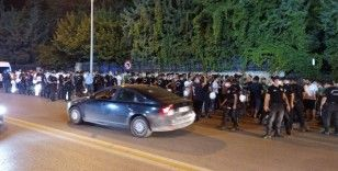 Denizlispor taraftarları galibiyetin ardından stat önünde 3 puanı kutladı