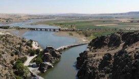 Selçuklular'dan kalma Çeşnigir Köprüsü turistlerin ilgisini çekiyor