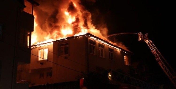 Alev alev yanan evden yaşlı çifti itfaiye ekipleri kurtardı
