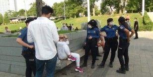 Taksim'de 2 erkek şahıs, bir kadını tekme tokat darp etti