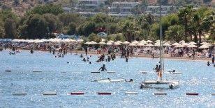 Türkiye'nin en temiz koylarından Kargı'da denizin, güneşin tadını doyasıya çıkarıyorlar