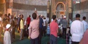 Namazın bitmesiyle vatandaşlar kısım kısım Ayasofya Camii'ne alındı