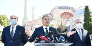Vali Yerlikaya duyurdu: Ayasofya Camii çevresinde namaz kılma alanları doldu