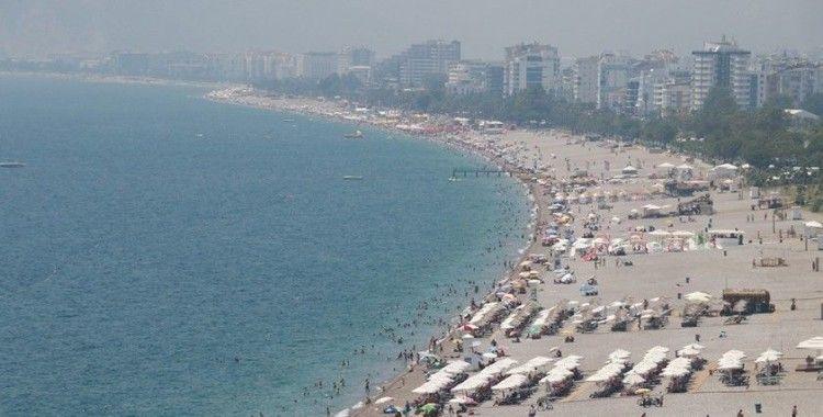 Antalya'da yüksek nemde sahiller doldu