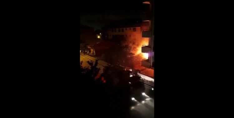 Sultanbeyli'de gecekondu alev alev yandı