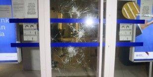 ATM kartını yutunca yetkiliye ulaşmak için bankanın camını kırdı