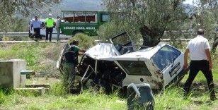 Şarampole uçup zeytin ağacına çarpan otomobil 2 kişiye mezar oldu