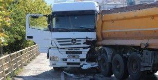 Tır, otomobile çarpmamak için yavaşlayan kamyona çarptı