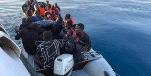 Lastik bot ile sürüklenen göçmenleri Sahil Güvenlik kurtardı
