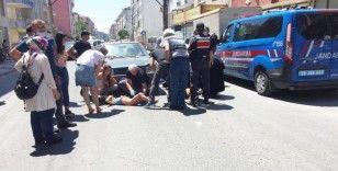 Otomobilin çarptığı anne kız ağır yaralandı