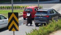 Dilenci kadın hırsını gazeteciden çıkarmaya çalıştı