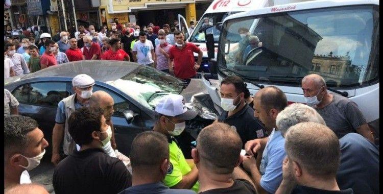 Gaz pedalı takılan otomobil önce yayaya sonra kamyona çarptı: 2 yaralı