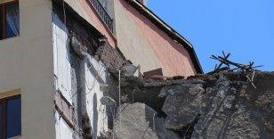 Depremden hasar gören bina yıkılırken yan binada çatlak oluştu, bina tahliye edildi