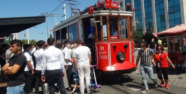 Nostaljik tramvayda izdiham oluştu, sosyal mesafe hiçe sayıldı
