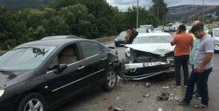 Otomobil kırmızı ışıkta 2 araca çarptı: 3 yaralı