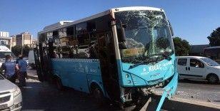 Halk otobüsü motosiklete çarpmamak için refüje çıktı: 2 yaralı