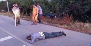 Refüje çarpan otomobildeki 2 kişi camdan fırlayarak yaralandı