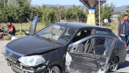 Bolu'da kontrolden çıkan otomobil dinlenme tesisi tabelasına çarptı