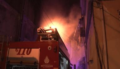 Beşiktaş'ta 4 katlı binanın çatı katında korkutan yangın