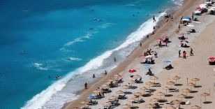 Muğla'da turizm merkezlerinde tatilciler denizin keyfini çıkarıyor