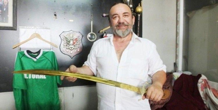 Burhaniyeli makineci Savunma Bakanı Akar için altın kaplama kılıç hazırladı