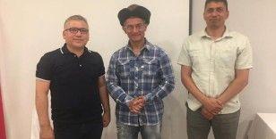 Aamir Khan'a deri börk şapkası hediye edildi