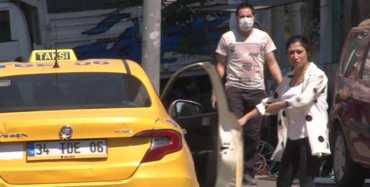 Korona virüs denetimine tepki gösterdi, maskesini atarak taksiye bindi