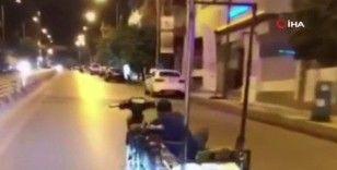 Motosikleti, sepetine binerek tek elle sürdü