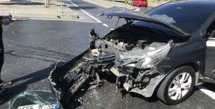 Kırmızı ışıkta geçti otomobil ve motosiklete çarptı: 3 yaralı